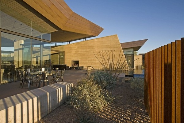 modern villa Freshome 12 Remote, Modern and Impressive: Desert Wing Residence in Arizona