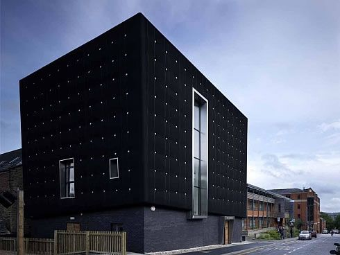 three storeys soundhouse enveloped in black rubber 4 Three storeys Soundhouse Enveloped in Black Rubber