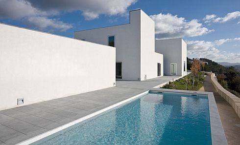 Ultra-minimalist Home in Pousos, Straight Lines and Sleek Form