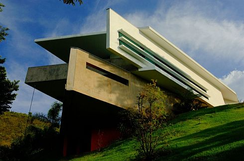 Casa Nova Lima: Unusual residence nestled in a carpet of green