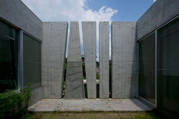 """Slit House in Japan 9 House of Shades and No Windows : """"Slit"""" from Eastern Design Office"""