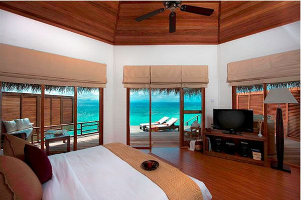 blue water bedroom view 23 Amazing Bedrooms with a Panoramic View 