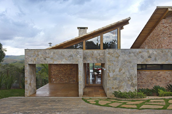 mh 121110 09 940x626 Diverse Mountain House with an Extreme Level of Comfort in Brazil