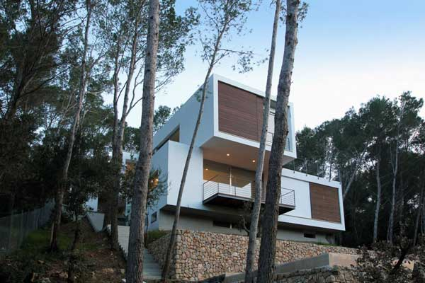 Mallorcan Residence Among Robust Pines and Holm Oaks