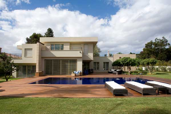Private Residence Dissolving Indoor/Outdoor Boundaries