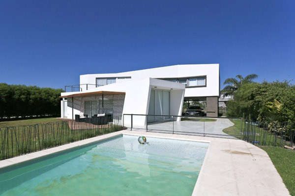 V-Shaped Residence in Argentina Defined by Dynamism and Fluidity