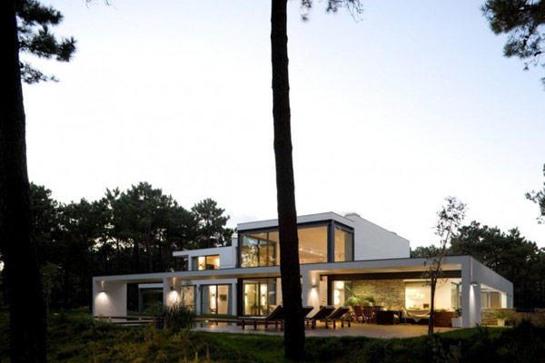 Lake House in Portugal Paying Tribute to Modern Architecture