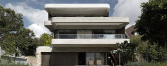 Gordons Bay House in Australia with Roof Terraces and Cantilevered Overhangs