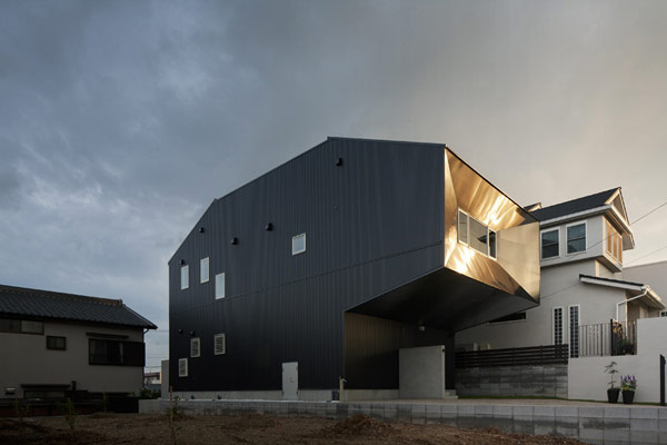 Irregular Black Box-Shaped Residence in Tokyo: Hansha Reflection House
