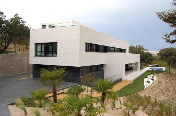 Playing with Volumes and Color Contrasts: Vivienda Gago in Madrid