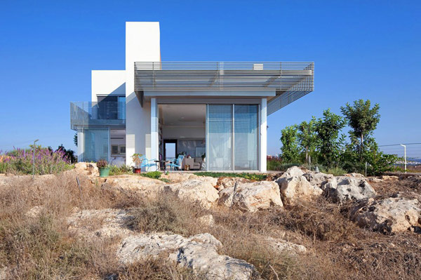 Sustainable Modern Architecture Overlooking the Mediterranean Sea in Israel