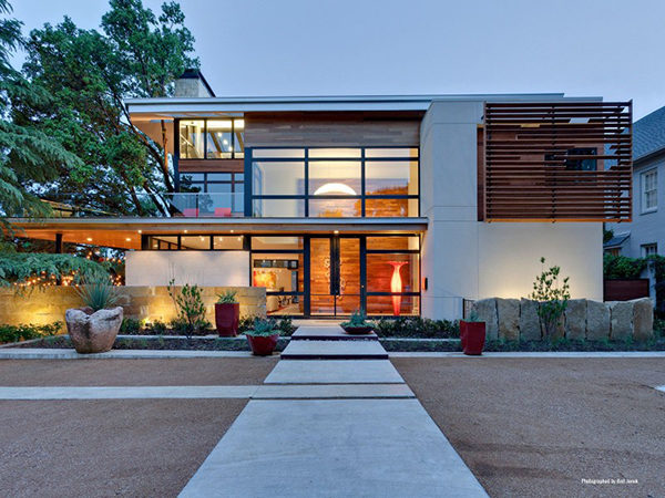 Sustainable-Luxury Home Blending With the Neighbourhood