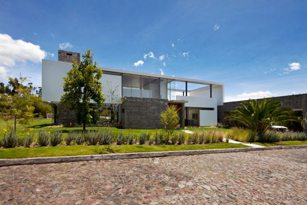 Unusual Layout Revealed by Modern Casa 2V in Ecuador