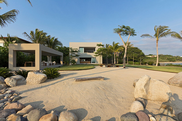 Breathtaking Home Blending With the Exotic Landscape