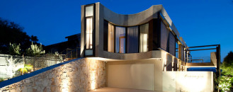 Curvaceous Mansion in Melbourne Reflecting a Relaxed Lifestyle by Rachcoff Vella Architecture