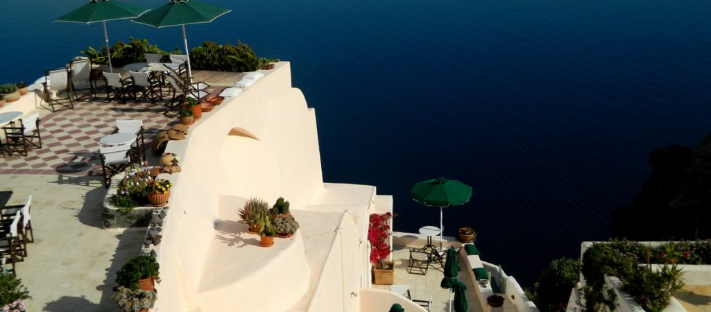 Freshome Hotel Review: Aris Caves in Oia, Santorini