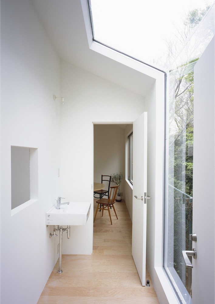 The Fascination Of White Minimalism House With Gardens In Japan