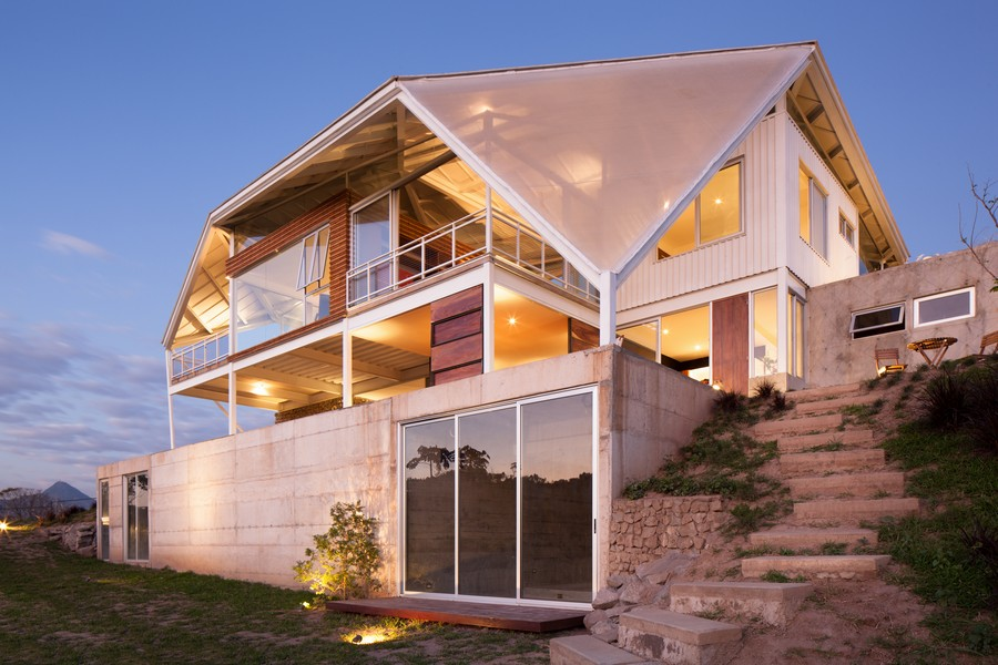 """Contemporary House With a """"Ready to Fly"""" Sensation in El Salvador"""