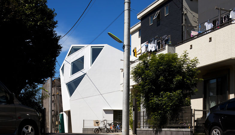 Polyhedral Monoclinic House Adapted to the Urban Setting by Atelier Tekuto