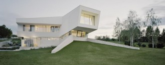 Spaceship House: Detached All-White Contemporary Villa Freundorf