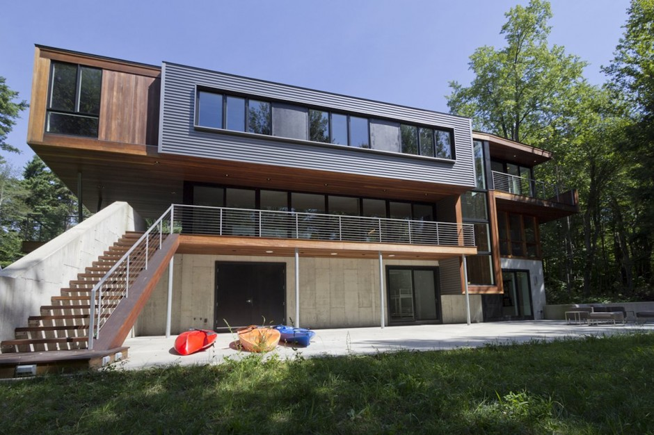 Weekend family home incorporating green features by david jay weiner - Maison bershire pond david jay weiner ...