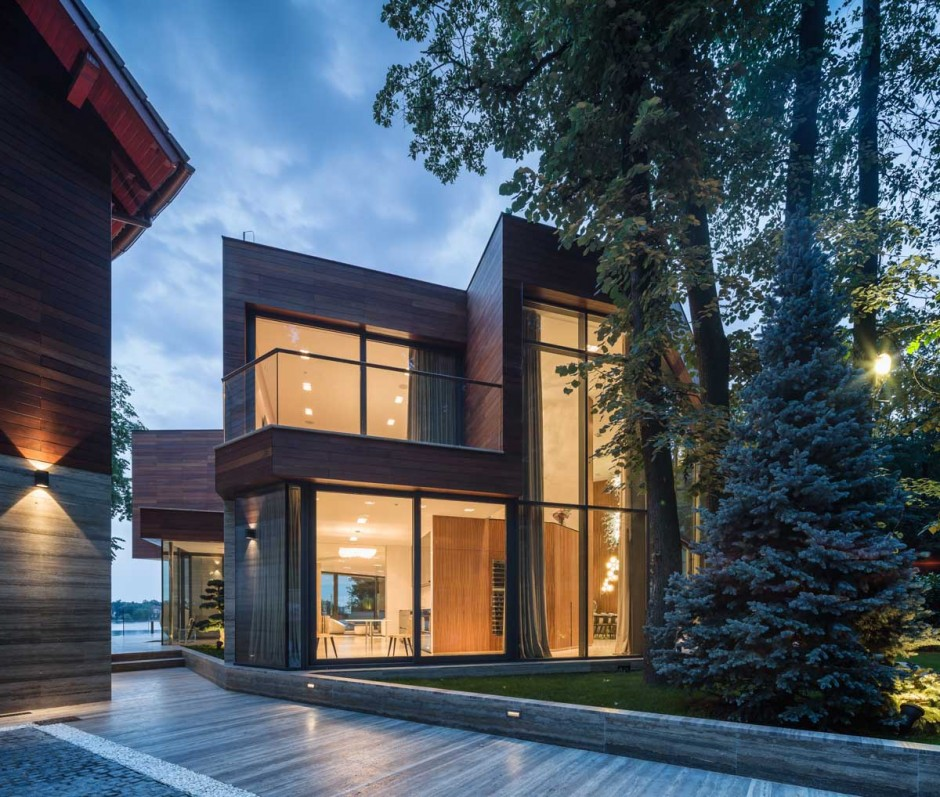 Modern Lake House Architecture: Extensive Use Of Glass Defining Modern Lake House In
