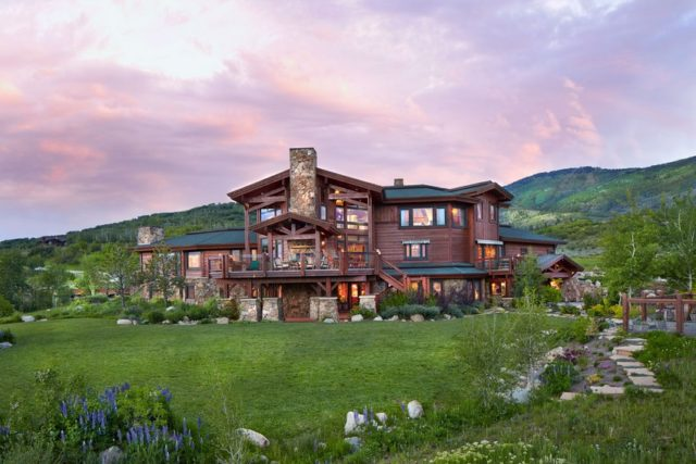 Welcoming Ranch-Style Residence in Colorado Delivering Perfect Mountain Views