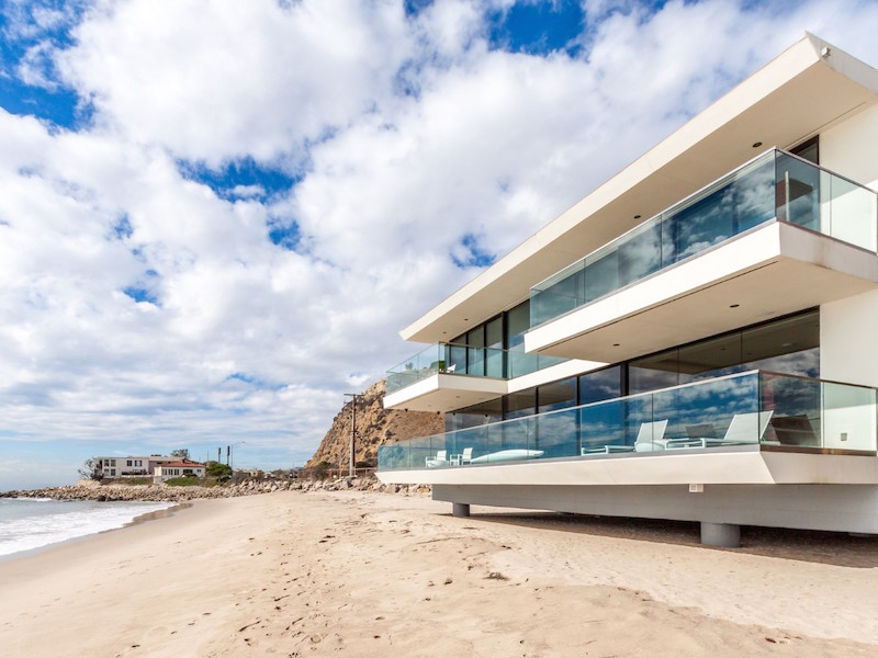 Malibu Beachfront Residence Mimicking The Clean Lines Of An Ocean