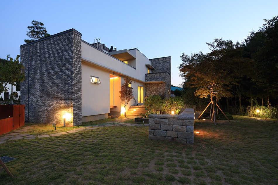 Contemporary P House In South Korea Embedded In A Seductively