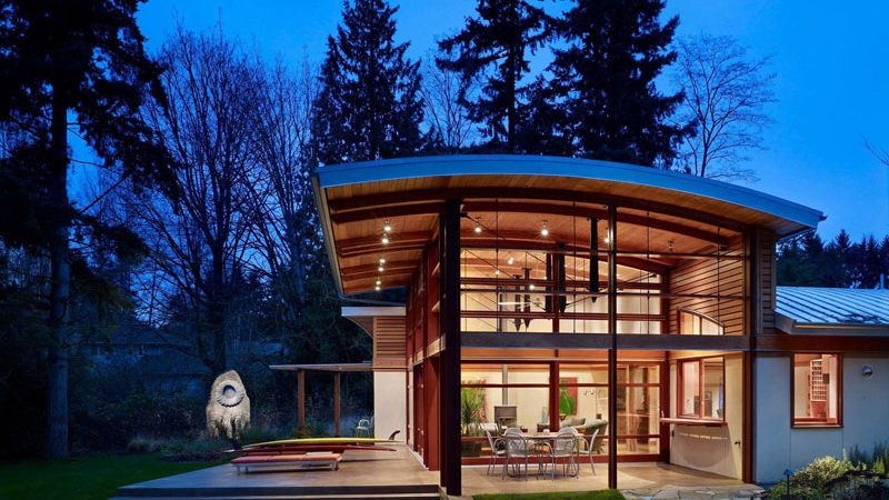 Garden Home Sparkling Under a Curved Roof and Natural Light