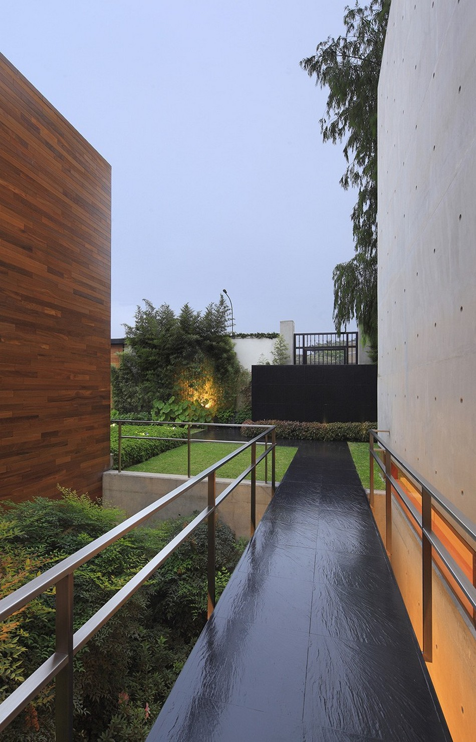 CONCRETE AND STEEL HOUSE H IN LIMA BUILT AROUND A SUNKEN