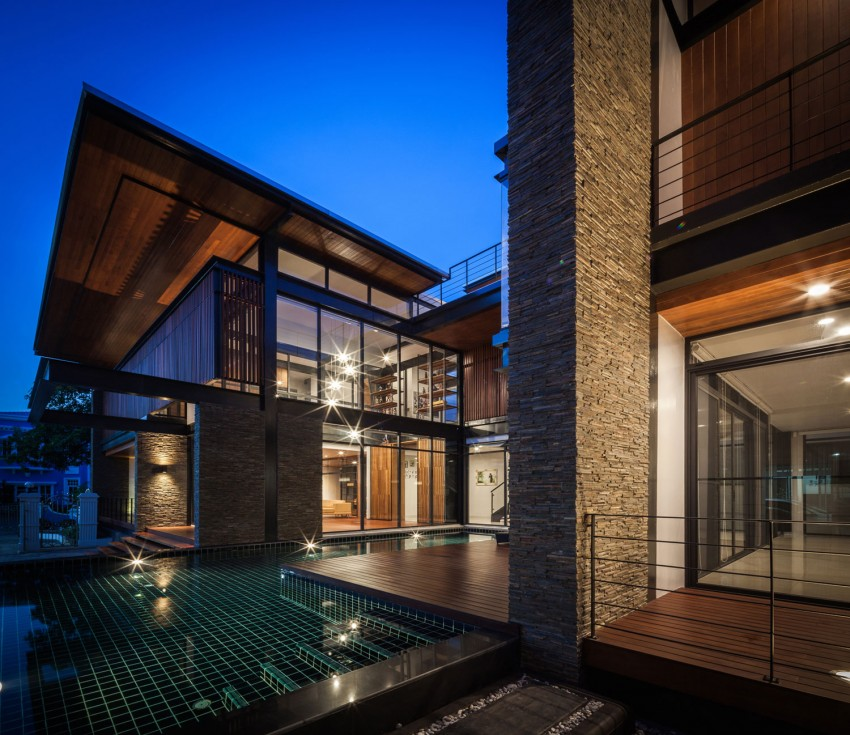 Surprising Bridge House in Thailand Accommodating a Two-Generation Family