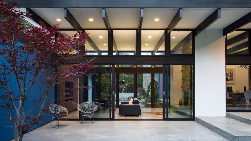 "Hillside Eichler-Inspired Residence in California: ""Atrium House"" by Klopf Architecture"