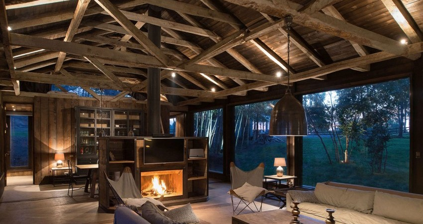 Rustic Refuge in Chile Reuses Remains of Old Barn