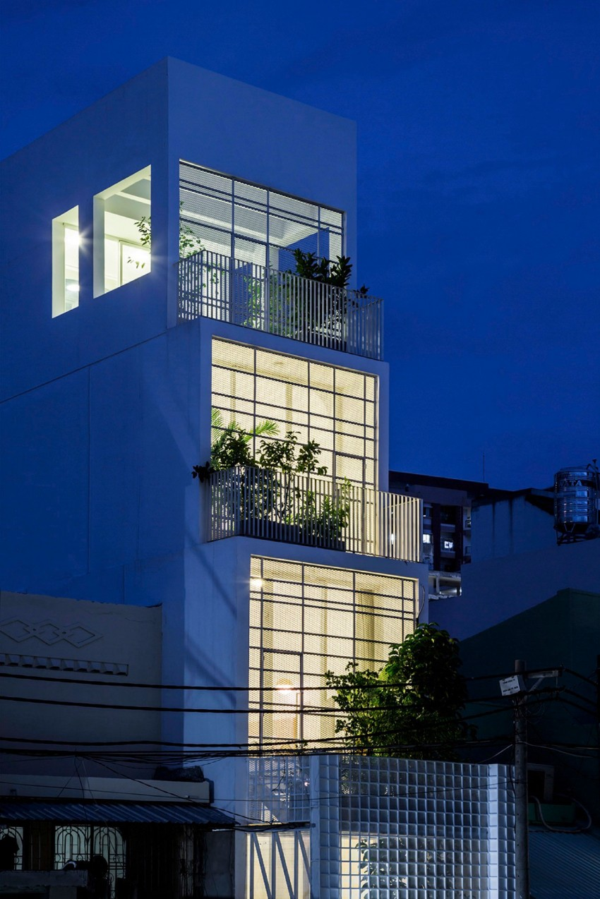 Narrow Vertical Home Maximizes Space And Light Freshome
