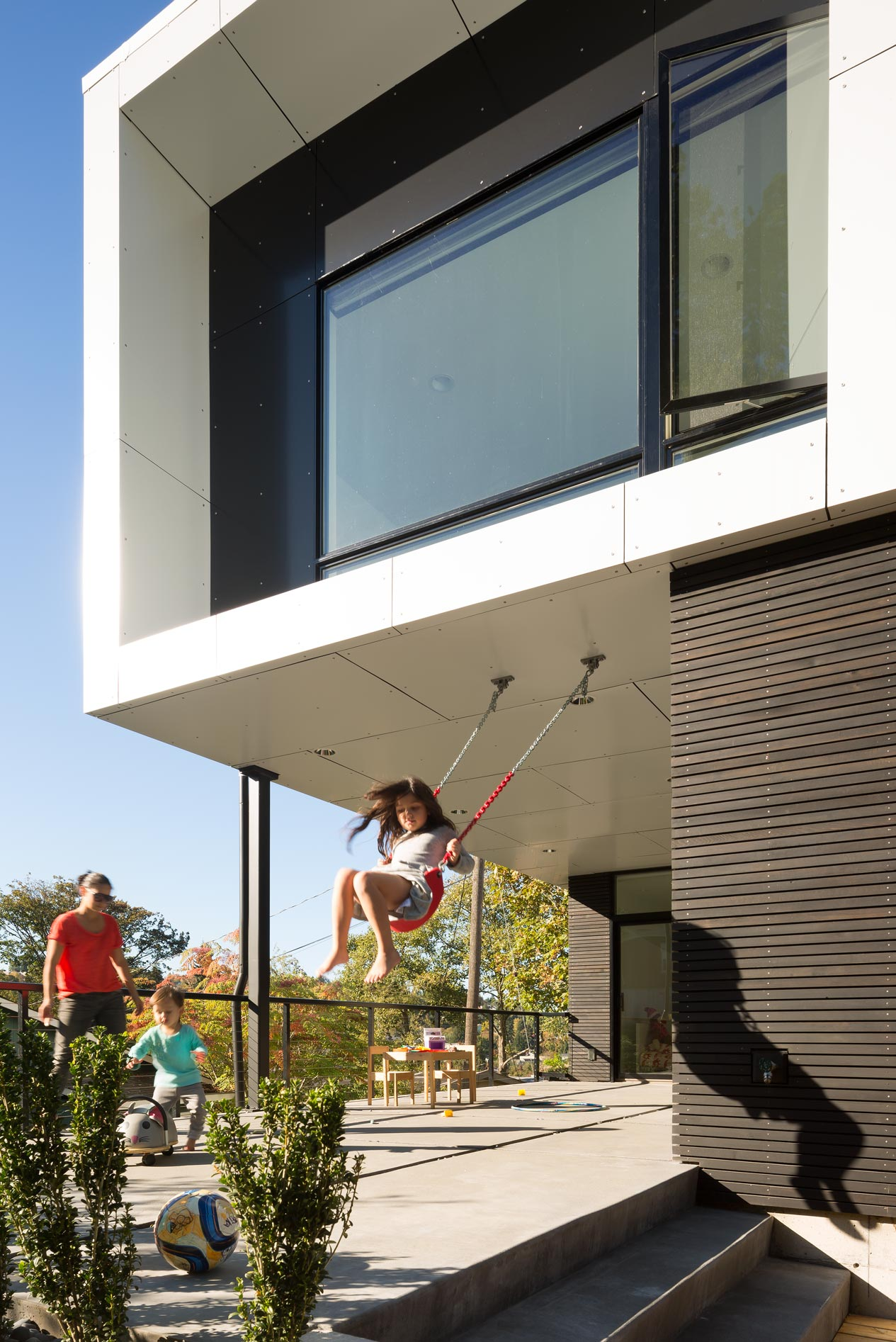MODERN SEATTLE HOME LETS THE SUNSHINE IN