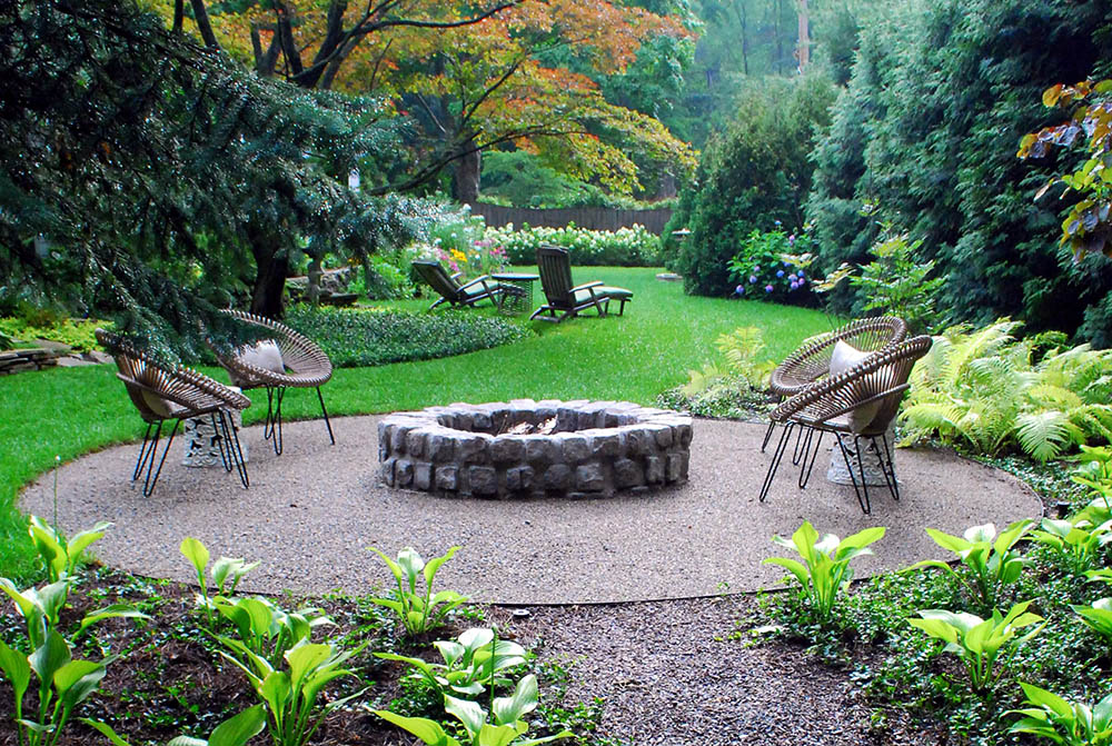 stone_firepit_on_gravel_with_modern_chairs