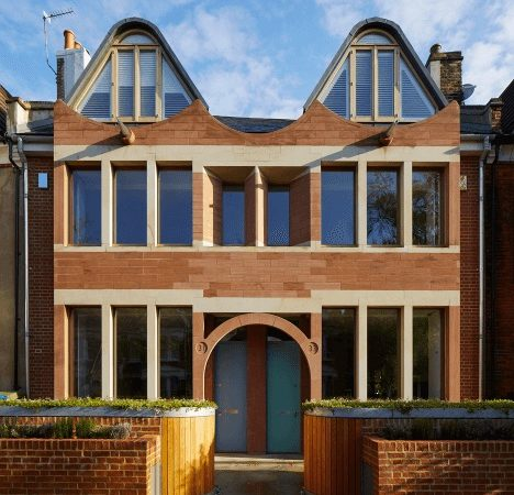Mirroring Brownstones: A Contemporary Reinterpretation in South London Neighborhood