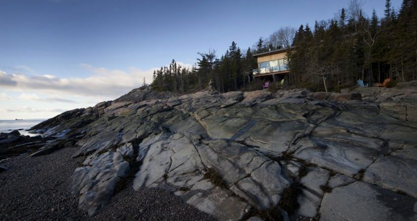 Chalet Panorama in Quebec Overlooks Rocky Landscape