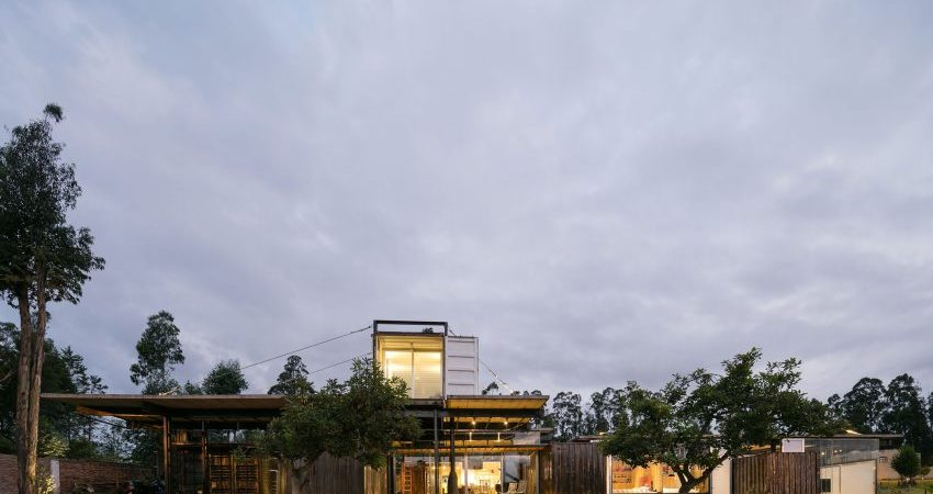 8 Shipping Containers Help Design Sustainable Home in Ecuador