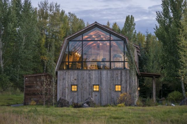 Barn-Style Guesthouse Features an Element of Surprise