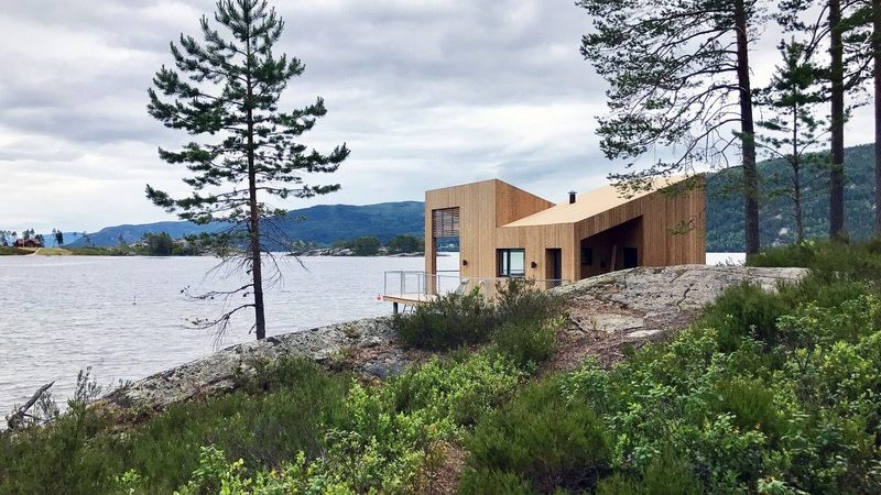 Small Floating House in Norway Maximizes Lake Views