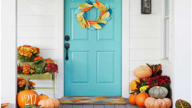 Make Your Neighbors Jealous With These 21 Modern Fall Porch Decorating Ideas