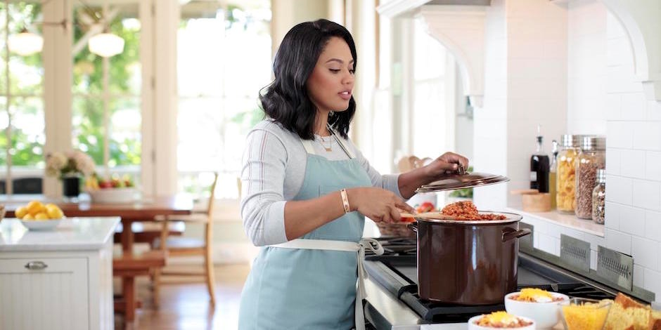 ayesha curry u0026 39 s new line of cookware is out and it u0026 39 s
