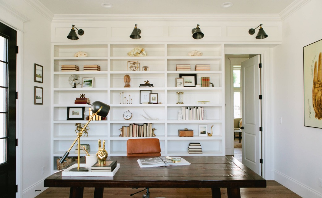 Stick to neutral colors for a modern twist. Image House of Jade Interiors : modern farmhouse interior design - zebratimes.com