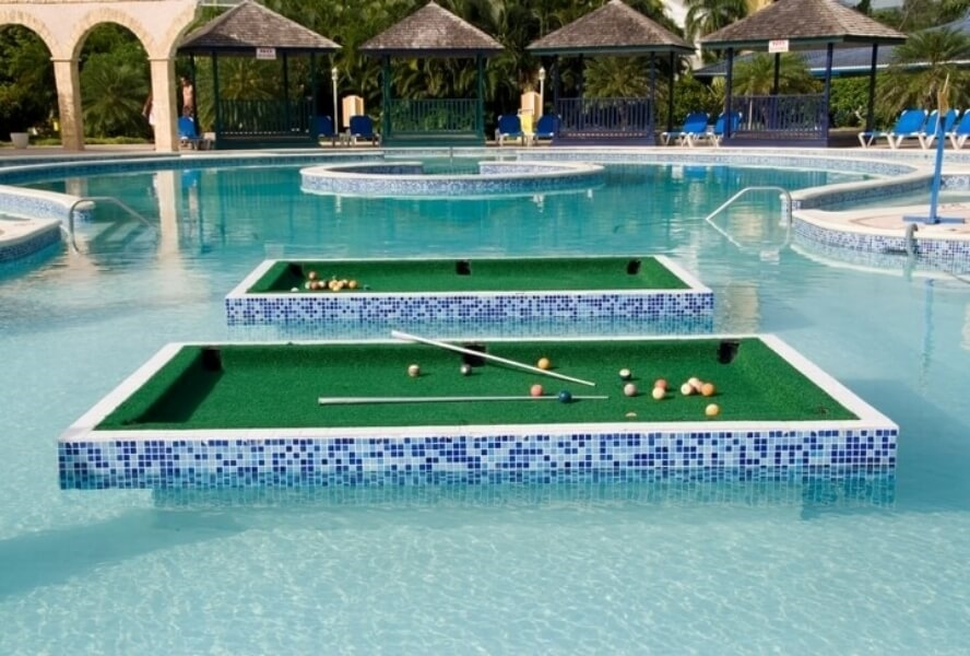 Table de billard dans la piscine